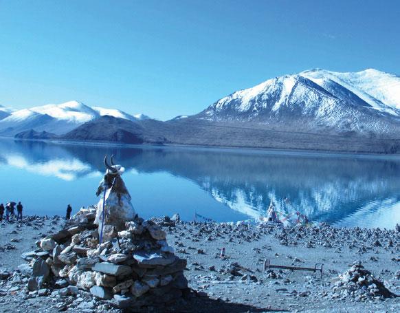 Một gò xếp đá manidoi linh thiêng, bên trên có cả bộ xương, đầu và sừng thú vật được dựng ven hồ thánh thần xanh ngắt, cách thủ phủ Lhasa gần 200km