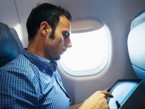 Sạc đầy pin và tải những bộ phim hay vào ipad sẽ làm bạn quên đi mình đang có một chuyến bay dài xuyên lục địa.