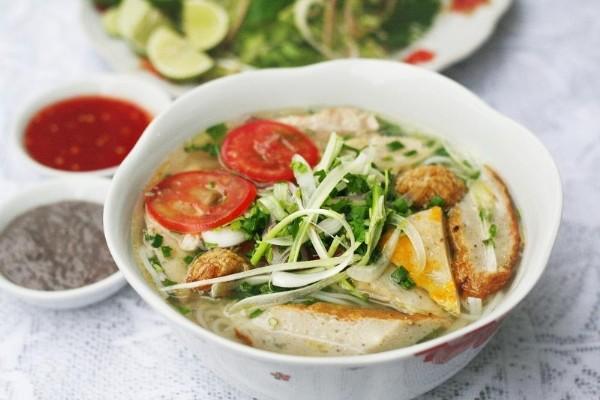 Tô bún cá hấp dẫn với chả cá chiên, luộc, cà chua và ít hành ngò
