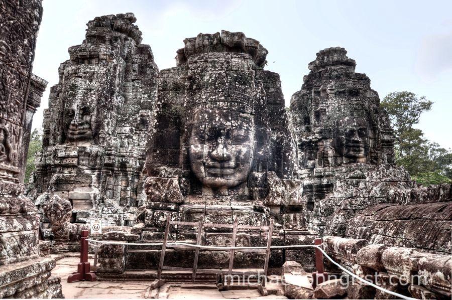 Bayon kiêu hãnh với những bức tượng Phật Lokesvara hướng về 4 phía để trông coi đền