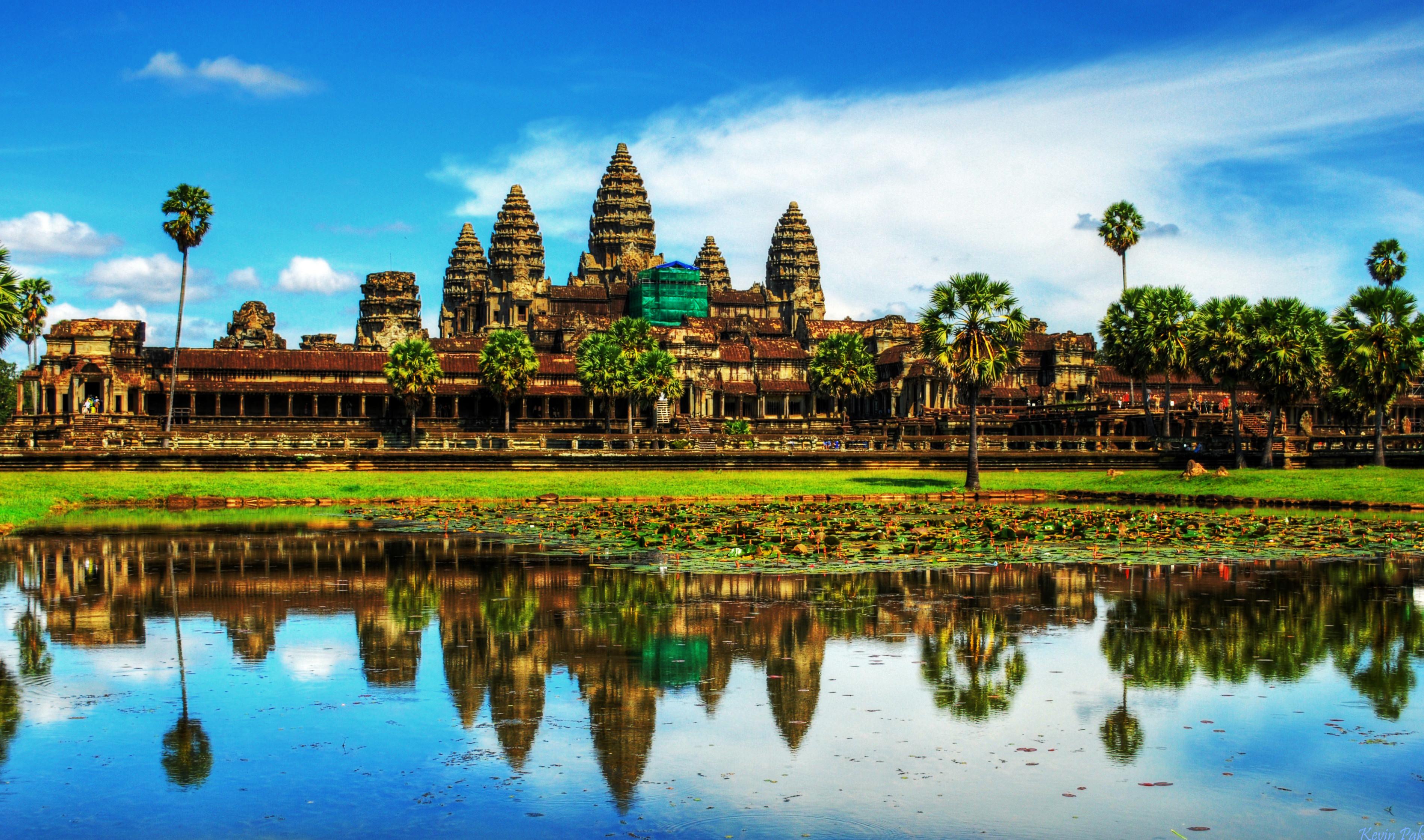 Angkor Wat là nơi vua Jayavarman II xây dựng để thờ cúng, tu thân và là công trình còn toàn vẹn và đẹp nhất trong quần thể.