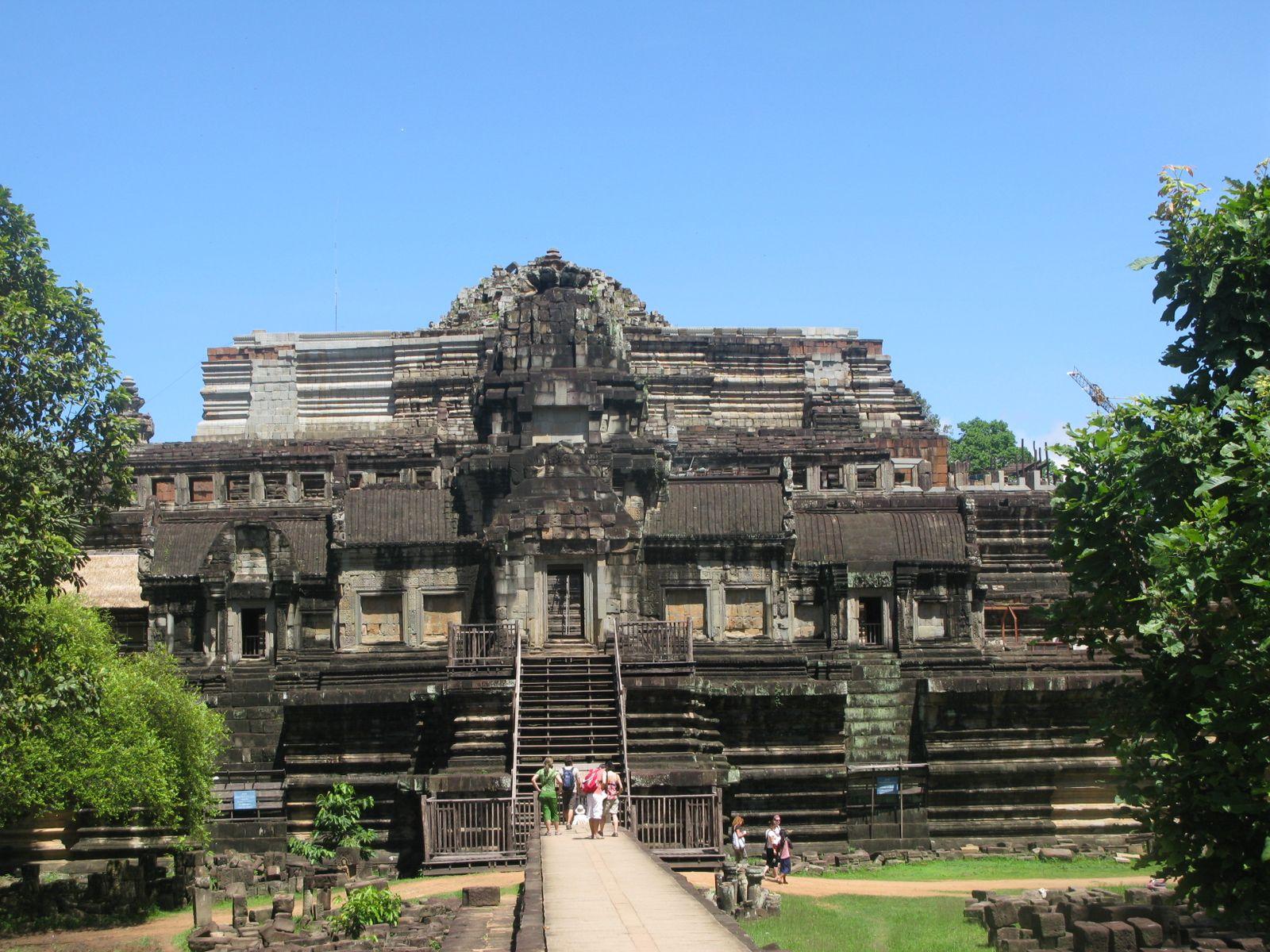 Cùng với Bayon thì Baphuon cũng là một ngôi đền đẹp và lớn trong quần thể Angkor.