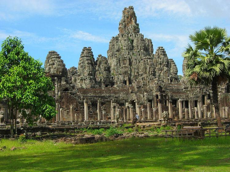 Đây là Bayon, đền thờ nhớ ơn cha mẹ. Bayon theo tiếng Khmer đọc là Thom, nên còn gọi là Angkor Thom.
