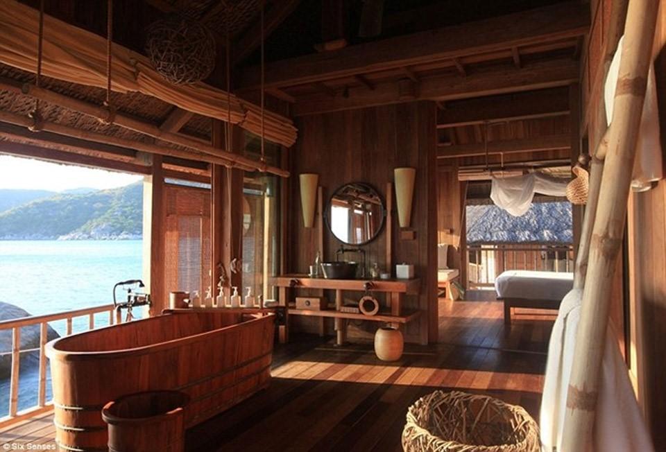 Phòng nghỉ có diện tích 154m2 và có bể bơi, sân tắm nắng riêng, với bồn tắm được chế tác thủ công và dịch vụ tuyệt vời 24/7. Nơi này còn có hầm rượu mini riêng.