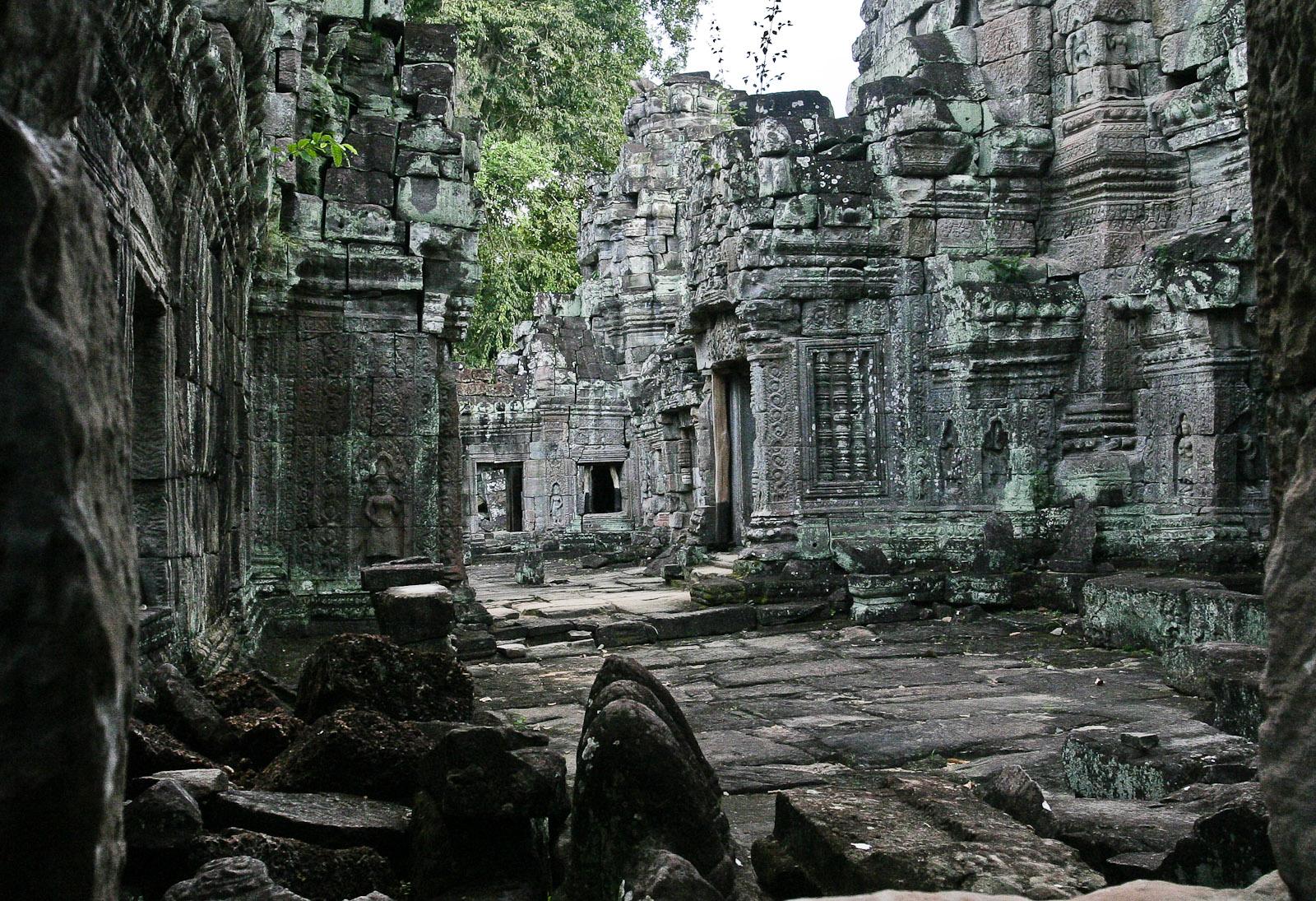 Preah Khan là đền nhớ ơn Cha. Preah theo tiếng Khmer nghĩa là Phật, Khan là một kiếm ấn chống giặc ngoại xâm, được vua Jayavarman VII xây vào năm 1191. Đây là một trong những ngôi đền còn giữ được đúng tên ban đầu.
