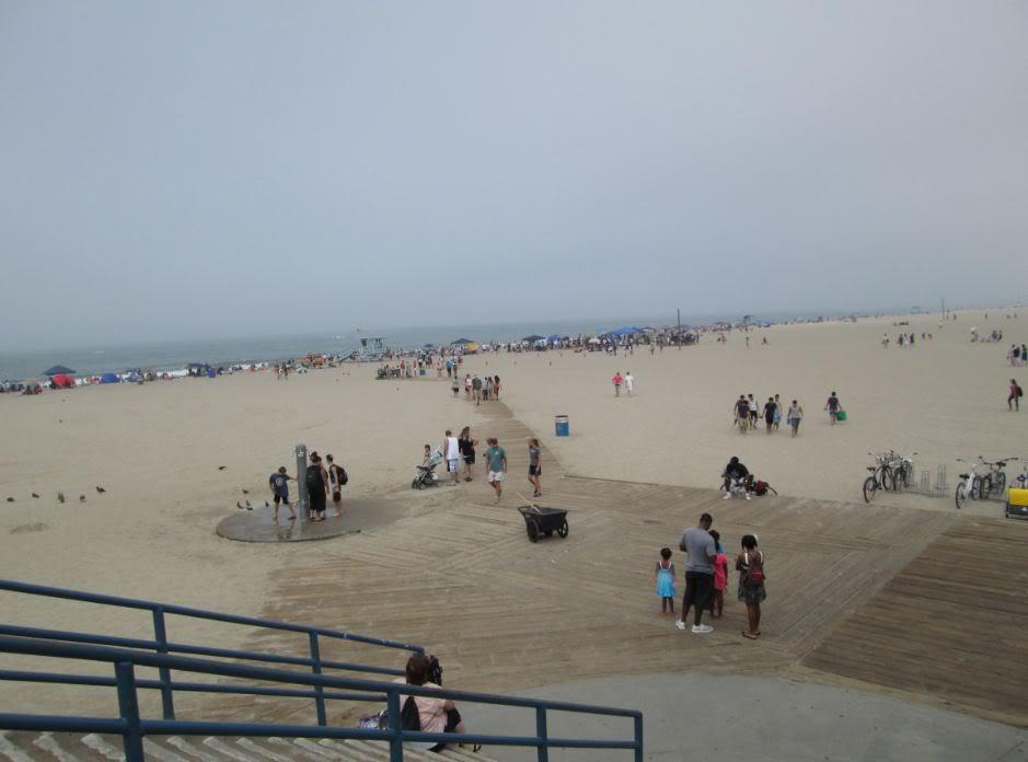 Bãi biển rất rộng, có những đường đi lót gổ cho người đi trên cát khỏi lún