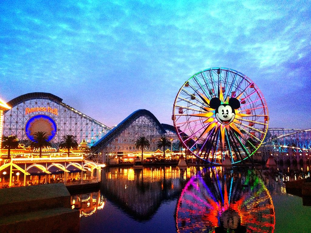Khu vui chơi Disneyland hấp dẫn cả người lớn và trẻ nhỏ.