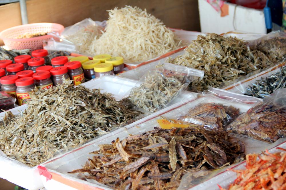 Quầy khô cá với đủ thể loại ngay giữa chợ Châu Đốc