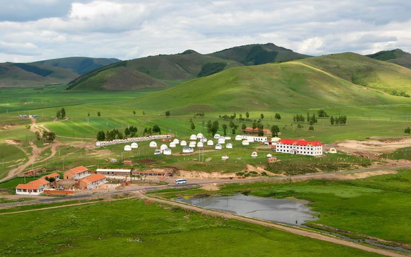 Họ sống trong những ger trên thảo nguyên. Trong tiếng Mông Cổ, ger có nghĩa là nhà
