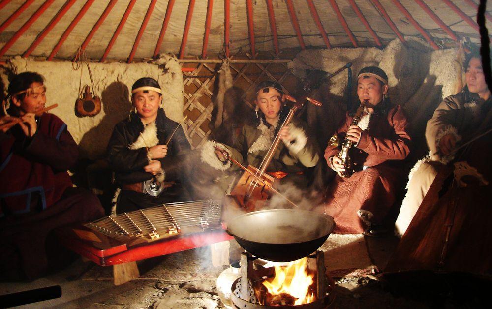 Sinh hoạt bên trong lều du mục