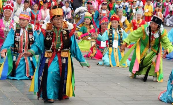 Hàng năm vào khoảng gần giữa tháng 7, người du mục lại tổ chức lễ hội Naadam nhằm kỷ niệm ngày Thành Cát Tư Hãn thành lập Nhà nước Mông Cổ. Đây là một lễ hội mang tính quốc gia và có ý nghĩa với nhiều người. Tại lễ hội mọi người cùng nhau biểu diễn âm nhạc, thể hiện điệu múa dân gian và tổ chức thi tài các môn thể thao truyền thống của Mông Cổ là đua ngựa, bắn cung...