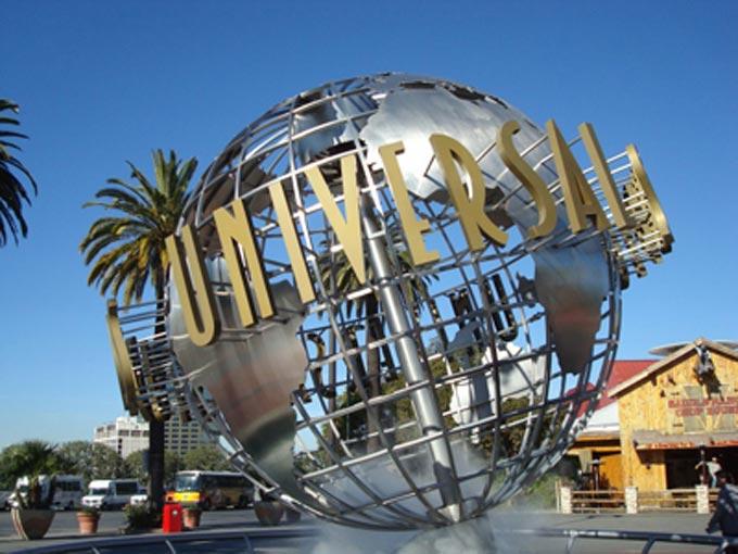 Phim trường Universal Studio Hollywood nằm ở phía tây bắc và cách trung tâm Los Angeles 10 miles (16km).
