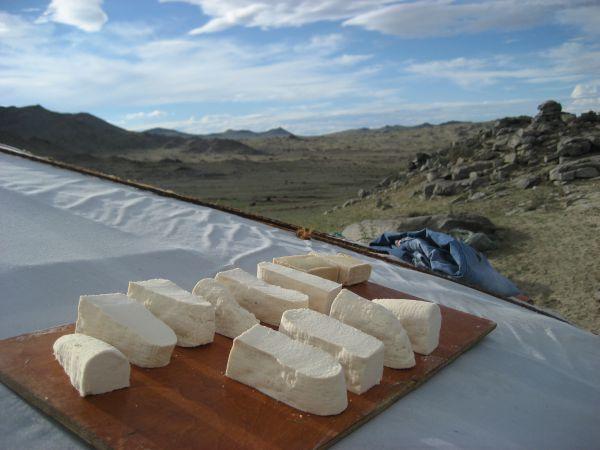 Aaruul là sữa được làm đông lại, khô hoàn toàn tự nhiên trong không khí và dưới ánh mặt trời.