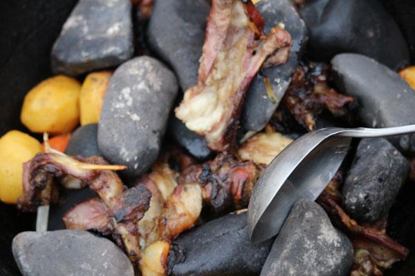 Món dê hầm đá được chế biến rất đặc biệt và công phu