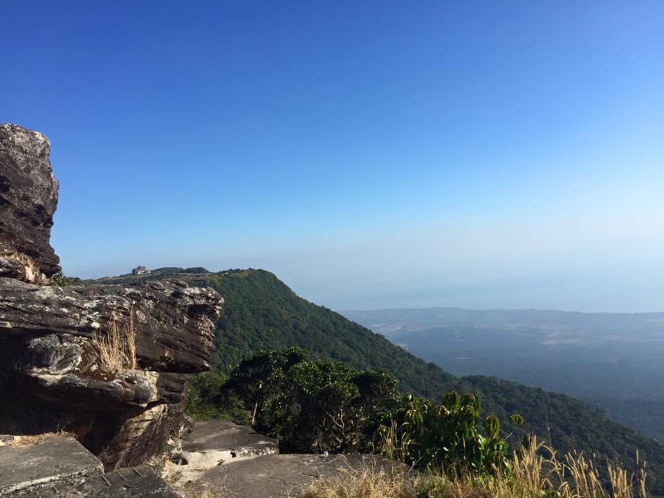 Ở độ cao này, du khách có thể phóng tầm mắt quan sát được đảo Phú Quốc và vịnh Thái Lan, đôi khi bạn cũng có thể bắt được sóng Viettel từ đảo Phú Quốc, quả là một trải nghiệm hết sức thú vị.