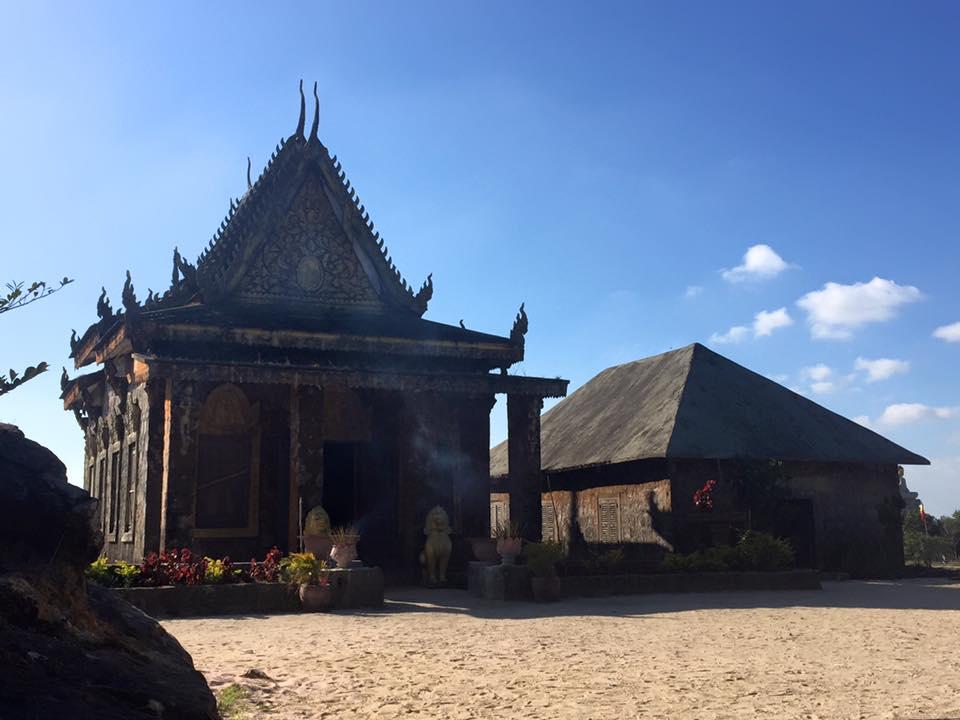 Tham quan chùa Năm Thuyền trên núi Bokor quanh năm mờ ảo trong sương mù lúc tinh mơ và chiều hoàng hôn.
