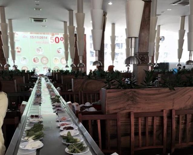 Thưởng thức buổi trưa đầu tiên tại nhà hàng ở PhnomPenh vơi lẩu băng chuyền