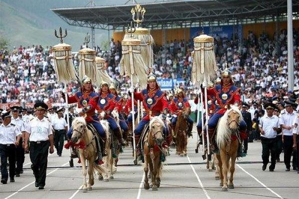 Phần diễu hành của các vận động viên quanh sân vộng động.
