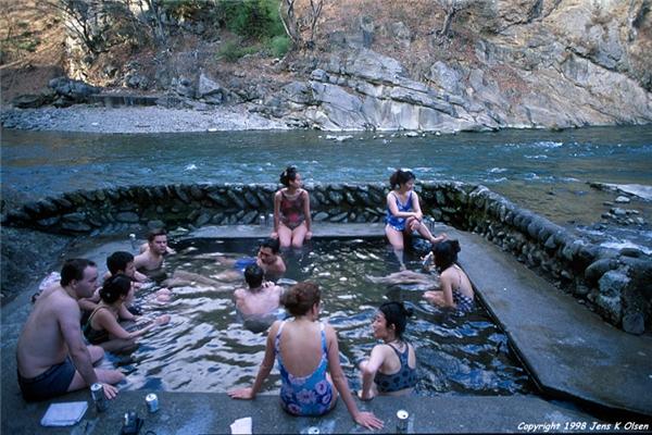 Tắm suối nước nóng - onsen là một trải nghiệm không thể bỏ qua khi du lịch Nhật Bản.