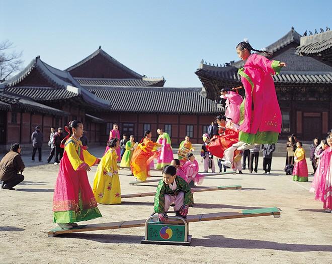 Ngoài tục thờ cúng tổ tiên, ngày Tết âm lịch ở Hàn Quốc còn diễn ra nhiều hoạt động truyên thống cùng những trò chơi dân gian.
