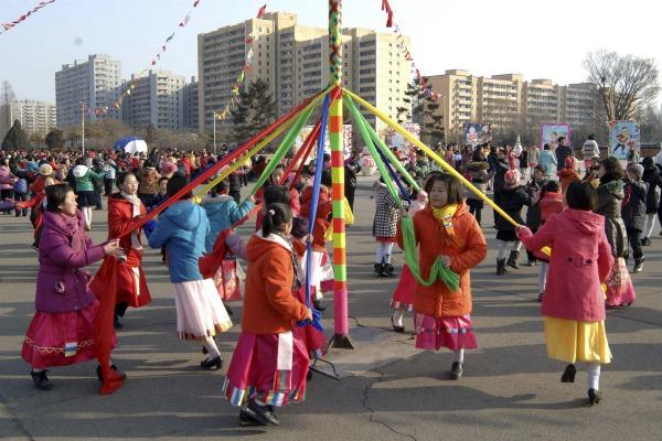 Ngày tết âm lịch ở Triều Tiên diễn ra nhiều phong tục truyền thống.