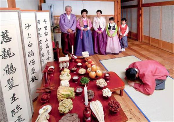 Người Hàn Quốc có phong tục thờ cúng tổ tiên vào dịp đầu năm mới.
