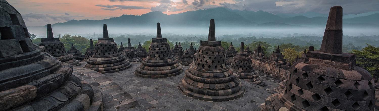 Năm 850 có thể xem là năm hoàn thành Borobudur. Nhưng vào khoảng đầu thế kỷ XIII, những người buôn bán Á rập đã đưa Hồi giáo vào Indonesia. Chỉ trong vòng hai trăm năm, cả quần đảo Indonesia gần như hoàn toàn bị Hồi giáo hoá. Borobodur trở nên hoang tàn.
