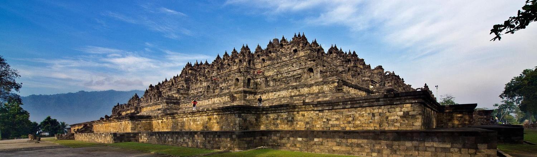 Borobudur là một kỳ quan Phật giáo tinh xảo và lớn nhất thế giới, xây dựng vào thế kỷ thứ VIII, tọa lạc cách 42 km về phía Bắc thành phố Yogyakarta, trung tâm của đảo Java, quốc gia Indonesia