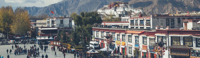 """Thành phố cổ Lhasa có lịch sử hơn 13 thế kỷ, tọa lạc trên độ cao 3.700 met so với mực nước biển. Lhasa còn được gọi là """"thành phố của ánh nắng mặt trời"""" vì hơn 3.000 giờ có ánh nắng chiếu mỗi năm."""