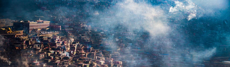 Nằm giữa những ngọn đồi xanh bao la trải dài ở thung lũng Larung Gar, Trung Quốc, ngôi làng Larung Gar hiện ra với hàng ngàn ngôi nhà bằng gỗ đỏ tập trung thành từng cụm. Nằm tách biệt với thế giới bên ngoài, đây là nơi đặt Học viện Phật giáo Larung Gar - trung tâm Phật giáo lớn nhất trên thế giới.