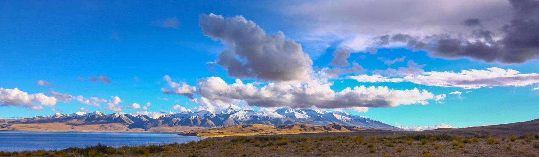Manasarovar là một hồ nước nằm dưới chân rặng núi Gurla Mandata quanh năm tuyết phủ. Hồ còn được gọi với tên gọi khác là Hồ Mặt Nhật vì có hình dáng gần giống mặt trời. Đây là một trong những hồ có trữ lượng nước ngọt lớn nhất Tây Tạng. Nước ở hồ này là do băng tan từ Gurla Mandata và Kailash tạo nên. Nước hồ trong đến mức có thể nhìn thấy được cả những viên sỏi bên dưới.