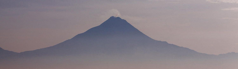 """Núi Merapi, theo tiếng Indonesia và tiếng Java (Gunung Merapi) có thể hiểu theo nghĩa đen là """"núi lửa"""" nằm ở ranh giới giữa tỉnh Trung Java và tỉnh Yogyakarta, nước Indonesia."""