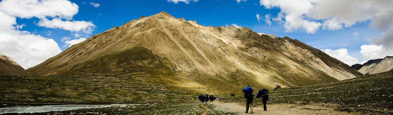 Hàng năm, có hơn một nghìn người hành hương Kailash . Sự kì lạ này được lý giải vì ngọn núi nằm ở phía tây hẻo lánh của Tây tạng. Những vùng gần đấy hoàn toàn không có máy bay, tàu hỏa, xe bus ,thậm chí ngay cả những phương tiện dùng trên vùng núi lởm chởm gồ ghề này cũng phải mất hàng tuần di chuyển rất khó khăn và đây thường là những chuyến đi đầy nguy hiểm.