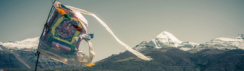 Núi Kailash nằm ở cực Tây của Tây Tạng, gần khu vực biên giới Ấn Độ-Tây Tạng và Nepal, trên độ cao 6714m so với mực nước biển. Núi nằm gần hồ Manasarovar và hồ Rakshastal, một khu vực xa và thời tiết vô cùng khắc nghiệt của dãy Himalaya. Đây là điểm đến rất nổi tiếng trong giới những người hành hương suốt hơn 15.000 năm qua.