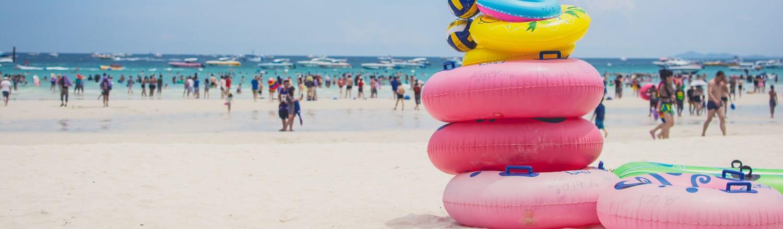 Không một du khách khi đi du lịch Thái Lan mà có thể bỏ qua thành phố Pattaya. Nơi đây được biết đến với những bãi biển tuyệt đẹp, những bờ cát trắng mịn trải dài và làn nước trong xanh mát rượi. Bạn có thể lướt ván, hay chơi các môn thể thao và các trò chơi trên bãi biển, như đua ô tô siêu nhỏ, ném sơn màu hay ngắm nhìn những rặng san hô rực rỡ dưới lòng đại dương.