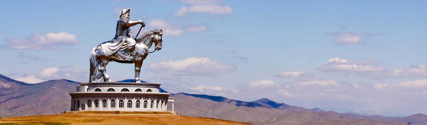 Năm 2008 một bức tượng khổng lồ của Thành Cát Tư Hãn cưỡi trên lưng ngựa được xây dựng bên bờ sông Tuul tại Tsonjin Boldog, cách Ulaanbaatar 54 km về phía đông, nơi mà theo truyền thuyết, ông đã tìm thấy một cây roi vàng. Khi đi thang máy lên đỉnh bức tượng, du khách sẽ chiêm ngưỡng được chiếc roi vàng trong truyền thuyết. Từ đỉnh bức tượng có thể nhìn toàn cảnh 1 vùng thảo nguyên rộng lớn