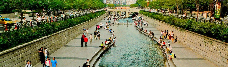 Suối Cheonggyecheon là một khu vực giải trí công cộng hiện đại kéo dài gần 6km nằm giữa trung tâm Seoul, Hàn Quốc.