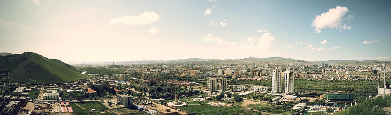 Nằm tại phía bắc của miền trung Mông Cổ, thành phố có độ cao 1.310 mét (4.300 ft) trên một thung lũng nằm bên sông Tuul. Ulaanbaatar là trung tâm văn hóa, kinh tế và tài chính của toàn bộ đất nước Mông Cổ. Thành phố cũng là trung tâm của mạng lưới đường bộ tại Mông Cổ, và có thể kết nối với cả Đường sắt xuyên Siberi của Nga và hệ thống đường sắt Trung Quốc.