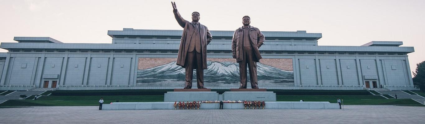 Đài tưởng niệm Mansudae, nơi đặt tượng đồng hai vị lãnh tụ Kim ll Sung (Kim Nhật Thành) và Kim Jong Il (Kim Chính Nhật) của Bắc Triều Tiên.