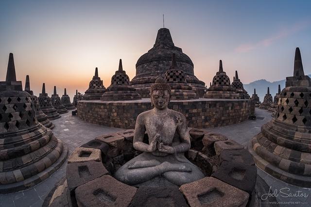"""Phía trên cùng của tháp có rất nhiều tháp nhỏ, nhìn từ xa trông giống như những cái sọt, nên người dân địa phương nơi đây còn gọi tháp Borobudur là """"Sọt Phật Java"""""""