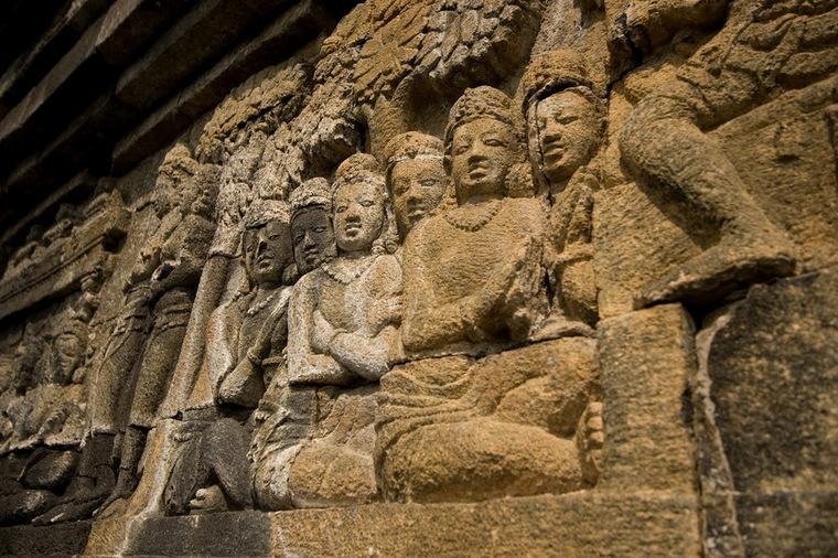 Borobudur có năm tầng bố trí các mảng điêu khắc và tượng Phật theo các dãy hành lang của ngôi đền.