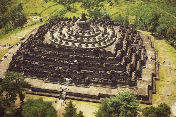 Borobudur là một kỳ quan Phật giáo tinh xảo và lớn nhất thế giới.