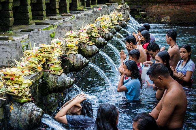 Vào ngày mồng một và ngày rằm hàng tháng theo lịch mặt trăng, người dân đến đền Tirtha Empul để cầu nguyện và xin ban phước rất đông
