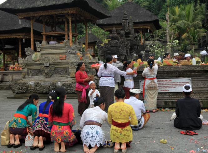Gian đền chính, là nơi người bản địa dâng lễ, quỳ khấn cầu nguyện