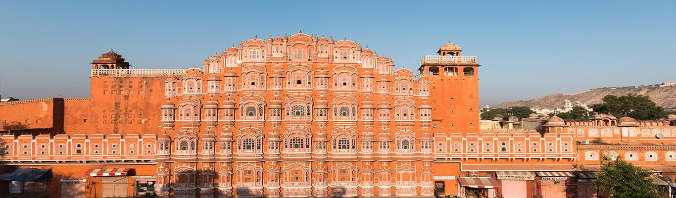 Hawa Mahal được xây dựng vào năm 1798 bởi hoàng đế Maharaja Sawai Pratap Singh. Cung điện được xây dựng mô phỏng theo hình chiếc vương miện của vị thần Hindu là Krishna