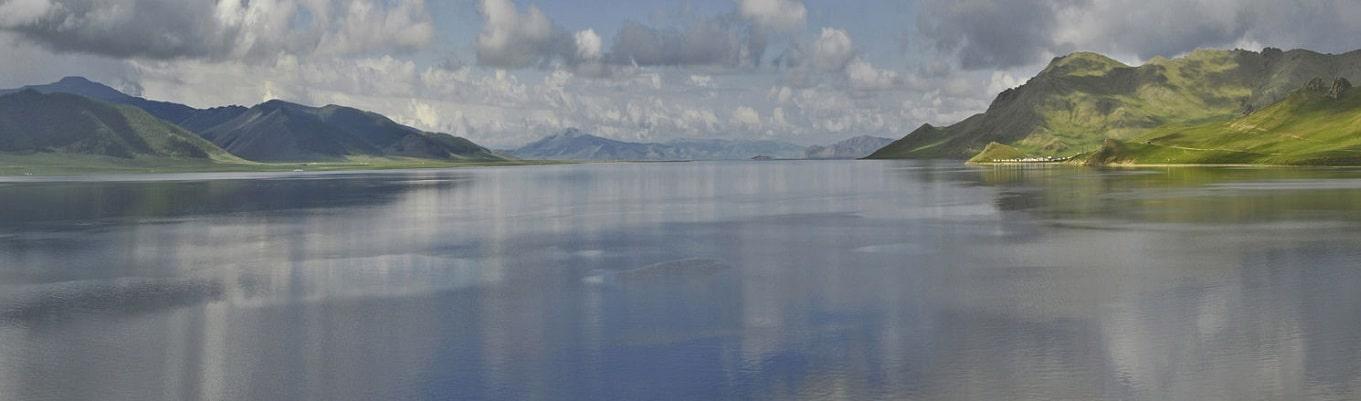 """Hồ Terkhiin Tsagaan Nuur nằm tại phía tây của Arkhangai. Theo một huyền thoại hồ được tạo thành khi một người khổng lồ cầm một tảng đá lớn và ném nó đi. Khi nhìn lại phía sau, ông thấy một bề mặt màu trắng và kêu lên đầy ngạc nhiên, """"Nhìn kìa, một hồ nước trắng!"""" Thán từ này đã trở thành tên gọi của hồ. Tảng đá đã rơi xa hơn về phía đông và được gọi là Taikhar Chuluu. Hồ nhỏ Ögii Nuur nằm ở phần phía đông của tỉnh tại sum cùng tên"""