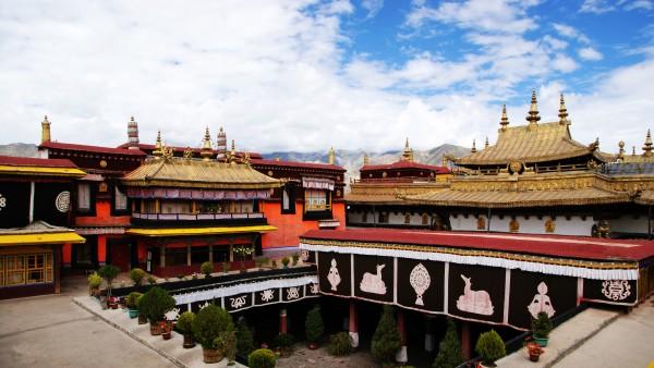 Jokhang là một trong những ngôi đền Phật giáo nổi tiếng ở Tây Tạng.