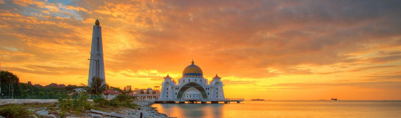 Là cố đô, thành phố cổ xưa nhất của Malaysia, Malacca từng là nơi tụ họp sầm uất của các thương nhân đến từ nhiều quốc gia. Sự giao thương quốc tế, cũng như quá trình xâm chiếm của nhiều cường quốc đã khiến Malacca tồn tại nhiều màu sắc dân tộc và những đạo giáo khác nhau, hiện diện trong đời sống, kiến trúc và tôn giáo.