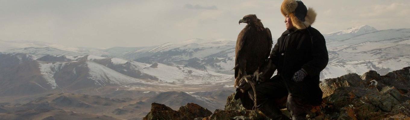 Truyền thống đi săn bằng chim đại bàng của người Mông Cổ đã được lưu truyền qua nhiều thế hệ từ xưa đến nay, đây được xem là một nghệ thuật đáng tự hào và là một trong những nét rực rỡ nhất trong di sản văn hoá của người dân nơi đây