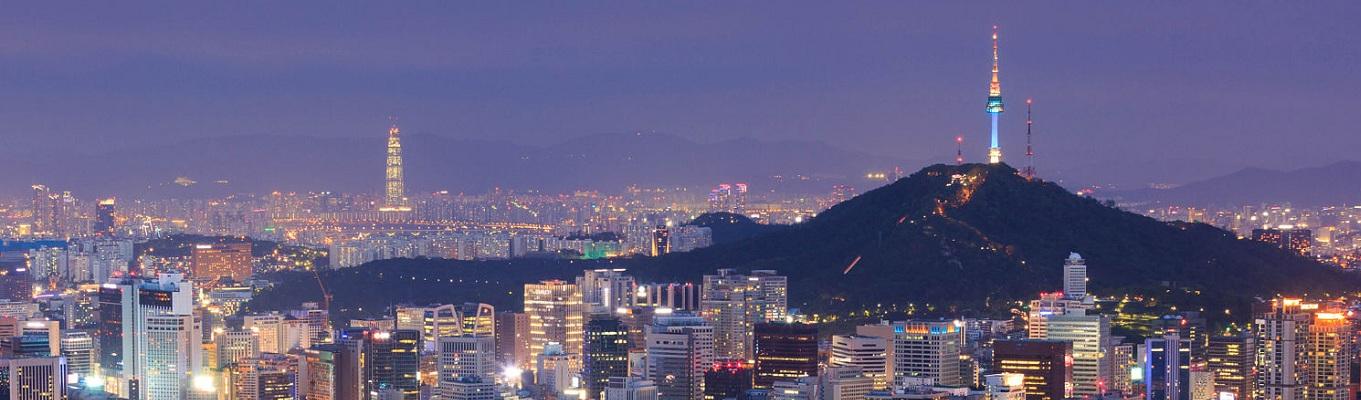 Tháp Namsan (N Seoul Tower) được xây dựng vào năm 1969 như là tháp truyền hình và đài phát thanh đầu tiên của Hàn Quốc. Bắt đầu từ khi mở cửa cho công chúng vào năm 1980, tháp đã trở thành một điểm tham quan rất thu hút đối với người dân Hàn lẫn khách du lịch.